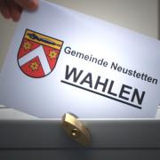 Frau wirft Stimmzettel in eine Wahlurne